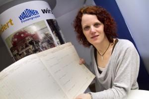 Birgit Burger von Waldner zeigt das historische Orderbuch für Milchpilze. Foto: Janina Schütz